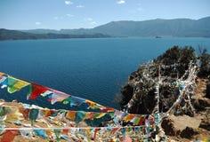 Lugu sjö med den religiösa flaggan royaltyfri fotografi