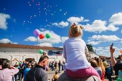 LUH ROSJA, SIERPIEŃ, - 27, 2016: Festiwal cebule w wiosce Luh, Rosja Dziewczyna patrzeje balony lata wewnątrz Fotografia Stock