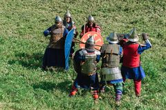 LUH, RUSIA - 27 DE AGOSTO DE 2016: Reconstrucción de la batalla medieval de caballeros en armadura y armas en el festival de Fotografía de archivo libre de regalías