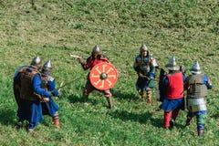 LUH, RUSIA - 27 DE AGOSTO DE 2016: Reconstrucción de la batalla medieval de caballeros en armadura y armas en el festival de Imagen de archivo