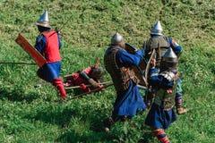 LUH, RUSIA - 27 DE AGOSTO DE 2016: Reconstrucción de la batalla medieval de caballeros en armadura y armas en el festival de Foto de archivo