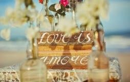 On lui écrit sur l'océan de fleurs d'amour de mot de label Images stock