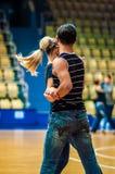 Lui et elle tourbillonnent dans la danse Photographie stock libre de droits