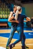 Lui et elle tourbillonnent dans la danse Images libres de droits