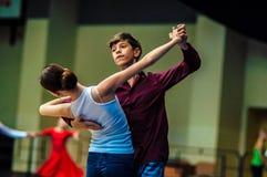 Lui et elle tourbillonnent dans la danse photos libres de droits