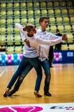 Lui et elle tourbillonnent dans la danse photo libre de droits