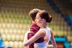Lui et elle tourbillonnent dans la danse Photo stock