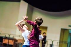 Lui et elle tourbillonnent dans la danse Image libre de droits