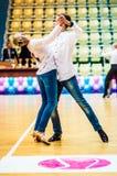 Lui et elle tourbillonnent dans la danse, Photo stock