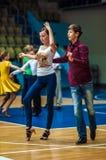 Lui et elle tourbillonnent dans la danse, images libres de droits