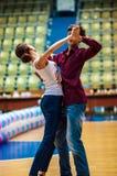 Lui et elle tourbillonnent dans la danse, Photo libre de droits