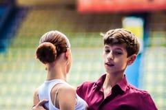 Lui et elle tourbillonnent dans la danse, Image stock