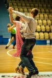 Lui et elle tourbillonnent dans la danse, images stock
