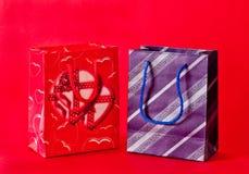 Lui et ses sacs de cadeau Image stock