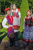 Lui membro del ragazzo della danza popolare polacca GAIK che tiene la ragazza in mani Immagini Stock