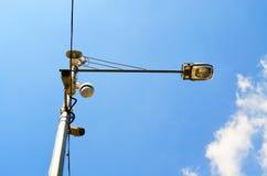 Luidspreker en kabeltelevisie-camera op lamppost stock afbeelding