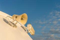Luidspreker opgezet op buitenkant van cruiseschip royalty-vrije stock foto's
