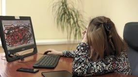 Luie jonge onderneemster bij haar bureau die aan de computer op haar kantoor werken stock videobeelden