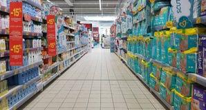 Luierplanken in supermarktdoorgang stock foto