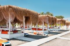 Luifels van de zon op een strand Royalty-vrije Stock Afbeeldingen