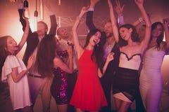 Luim, luxe gedronken mensen die in partijclub dansen met neonlicht royalty-vrije stock fotografie