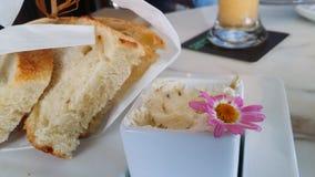 Luim van de toost de boterachtige uitgespreide bloem op diner lijstclose-up stock foto