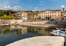 Luino, une petite ville de touristes près de la frontière avec la Suisse sur le rivage du lac Maggiore dans la province de Varèse photos stock