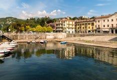 Luino, une petite ville de touristes près de la frontière avec la Suisse sur le rivage du lac Maggiore dans la province de Varèse images stock