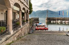 Luino, une petite ville de touristes près de la frontière avec la Suisse sur le rivage du lac Maggiore dans la province de Varèse photographie stock
