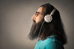 Luister aan het geluid van muziek stock fotografie