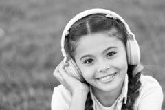 Luister aan muziek Schoonheid en manier het kleine jonge geitje luistert ebook, onderwijs Kinderjarengeluk Mp3 Speler [1] De Dag  stock foto's