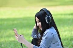 Luister aan muziek smartphones royalty-vrije stock foto's