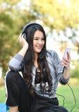 Luister aan muziek smartphones stock foto's