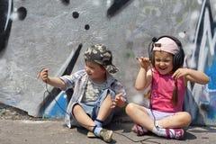 Luister aan muzieksamenvatting met jonge geitjes Stock Fotografie
