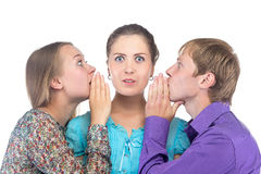 Luister blonde vrouw en twee mensen stock afbeeldingen