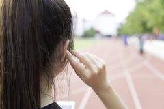Luister muziek aan de oefening stock foto