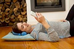 Luister muziek in een cellphone stock afbeelding