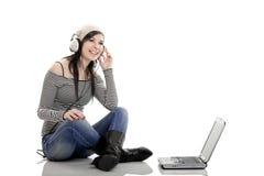 Luister Muziek met Laptop stock foto's