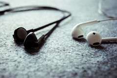 Luister muziek met oortelefoons royalty-vrije stock fotografie