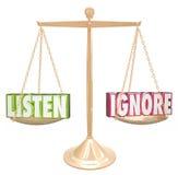 Luister versus negeren 3d Saldo van de Woorden Gouden Schaal Stock Fotografie