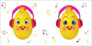 Luisteren de roze hoofdtelefoons van het Emoticonkuiken muziek Stock Foto's