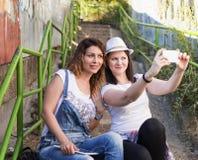 Luisterend aan muziek, die selfies, het ontspannen, het genieten van maken stock foto's