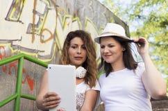 Luisterend aan muziek, die selfies, het ontspannen, het genieten van maken royalty-vrije stock fotografie