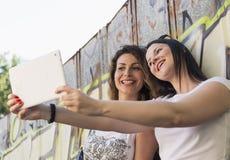 Luisterend aan muziek, die selfies, het ontspannen, het genieten van maken stock foto