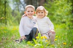 Luit weinig broer en zuster bij bos royalty-vrije stock afbeelding