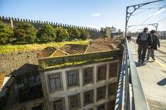 从Luiz铁桥梁的顶视图是老镇在波尔图 免版税库存图片