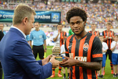 Luiz Adriano con el premio Imagen de archivo