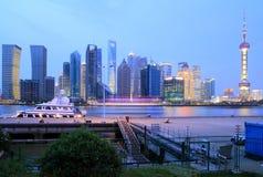 Lujiazui Finance&Trade Zone von Shanghai-Skylinen an neuem Nachtlan Stockfoto