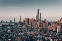 Lujiazui und alte Wege in Shanghai Stockfotos