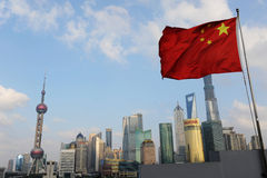 Lujiazui z grającą główna rolę czerwoną flaga Zdjęcia Stock